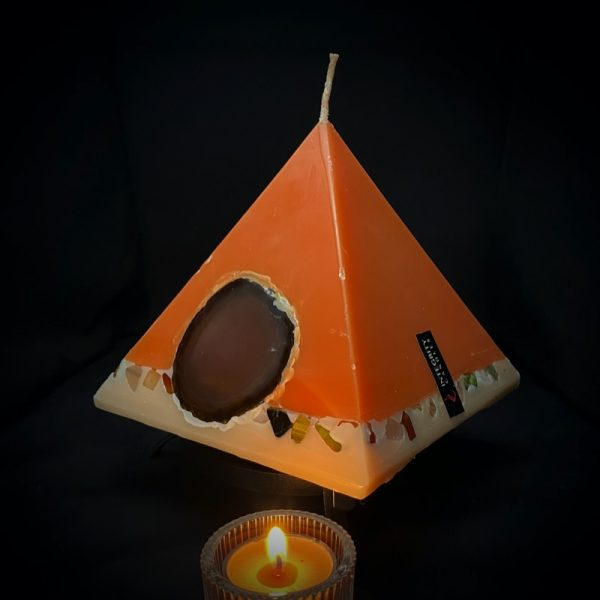 Nefertiti: mid size in our Sweet Orange, Ginger, Cinnamon and Vanilla pyramid range burning over 90hrs. As your pyramid candle burns, the flame illuminates the Agate, revealing the stone's unique variegated patterns, and leaves you with a gorgeous keepsake. This candle further features a variegated coloured base embedded with agate crystal, semi precious stone and river pebbles.