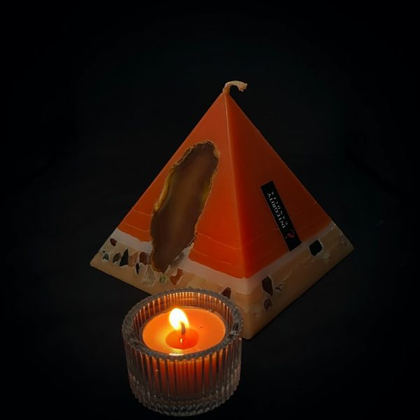 Tutankhamon: the smallest of our Sweet Orange, Ginger, Cinnamon and Vanilla pyramid range burning over 90hrs. As your pyramid candle burns, the flame illuminates the Agate, revealing the stone's unique variegated patterns, and leaves you with a gorgeous keepsake. This candle further features a variegated coloured base embedded with semi precious stone and river pebbles.