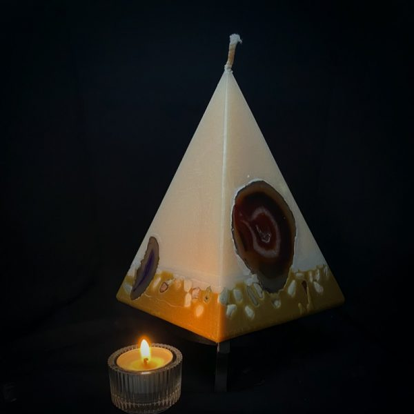 Cleopatra: largest in our Vanilla pyramid range burns over 190 hours. As your pyramid candle burns, the flame illuminates the Agate, revealing the stone's unique variegated patterns, and leaves you with a gorgeous keepsakes. Coloured in hues of cream and dusky brown and infused with Vanilla oil, this candle further features a variegated coloured base embedded with Agate Crystal slices and river pebbles.
